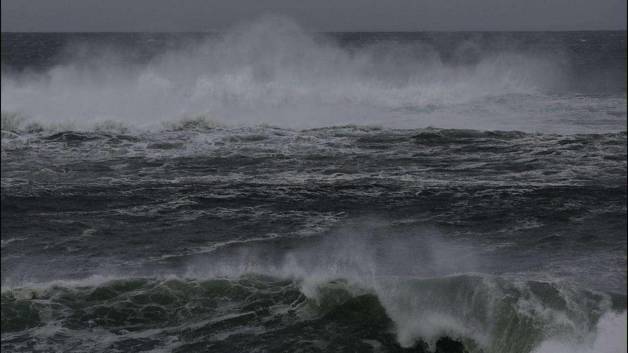 Fuertes vientos y olas en Burela.