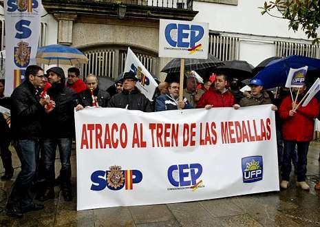 Imagen de la concentración de los policías frente a la comisaría de Santiago.
