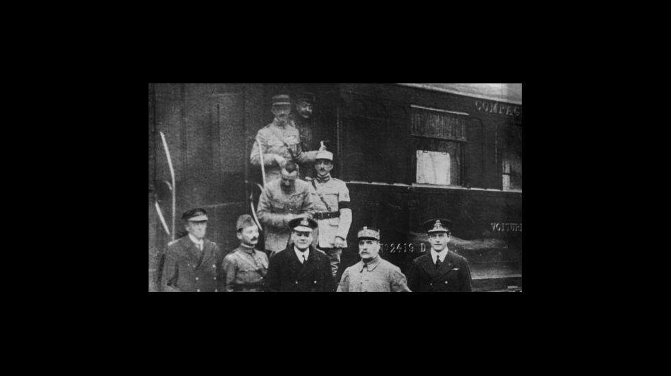 Firma do armisticio que o 11 de novembro de 1918 puxo fin á Primeira Guerra Mundial, nun vagón de tren aparcado no bosque de Compiègne
