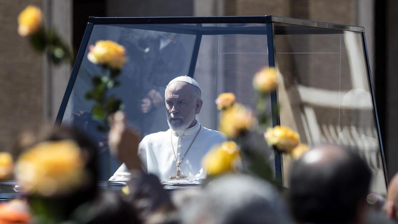 John Malkovich, en el rodaje de «El nuevo papa» frente a la basílica de San Pedro