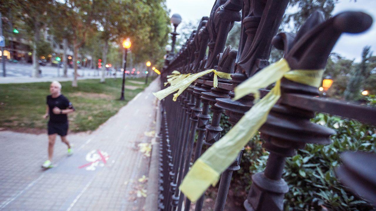 Rivera y Arrimadas retiran los polémicos lazos amarillos en un pueblo de Barcelona.Arrimadas asegura que la fractura social es una evidencia que solo niegan quienes únicamente ven a media Cataluña