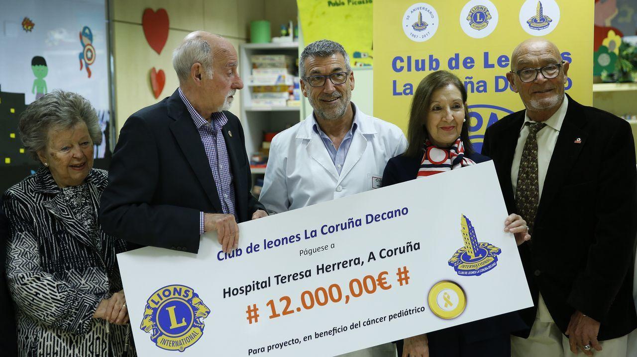 Club de Leones Decano de A Coruña entrega cheque al Hospital Teresa Herrera