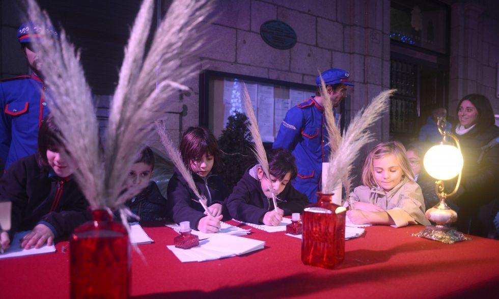 Los pajes reales estuvieron ayer en la praza Maior de Ourense para recoger las cartas de los niños