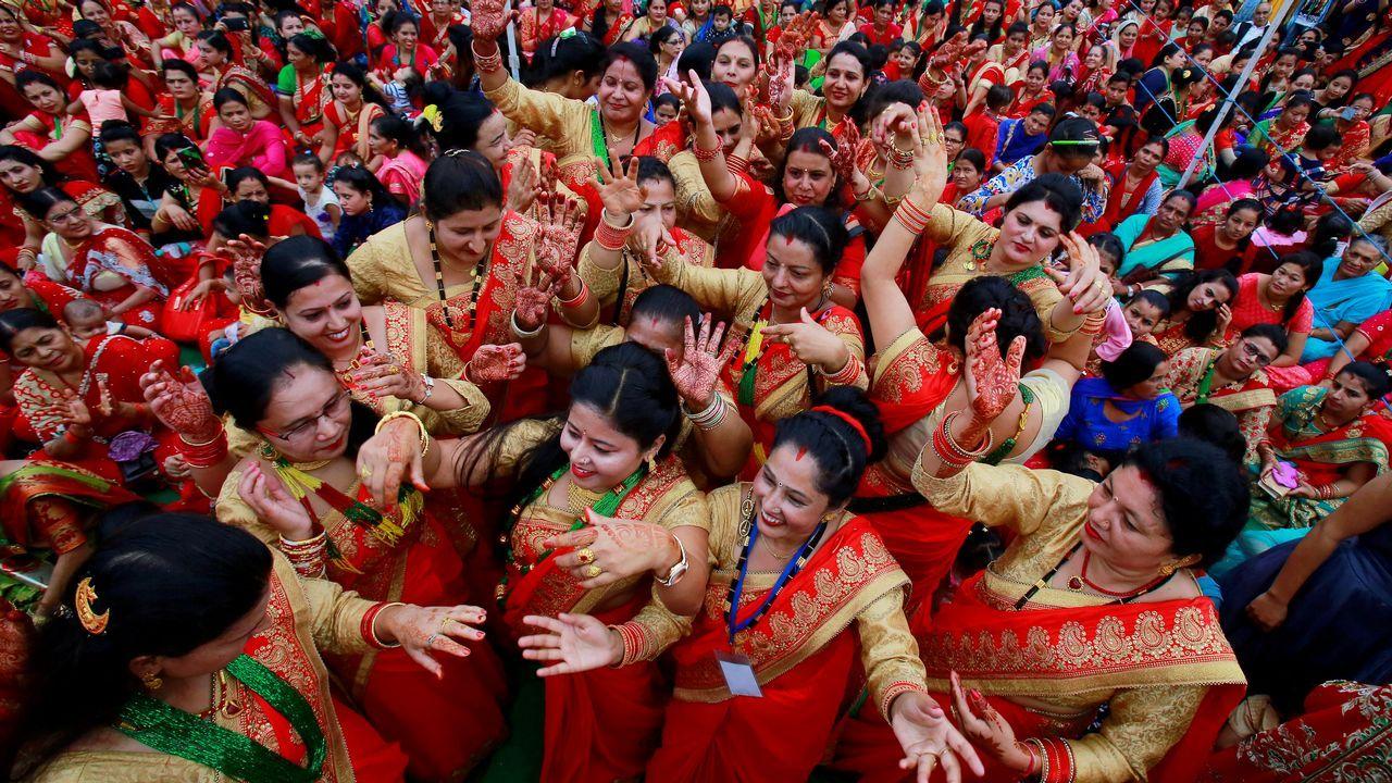 Mujeres hindúes de Nepal bailan para celebrar el festival Teej.