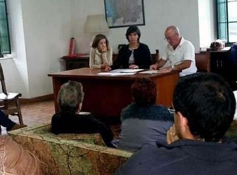 Fernández Pena visitó ayer la zona y habló con vecinos de Ventoxo.