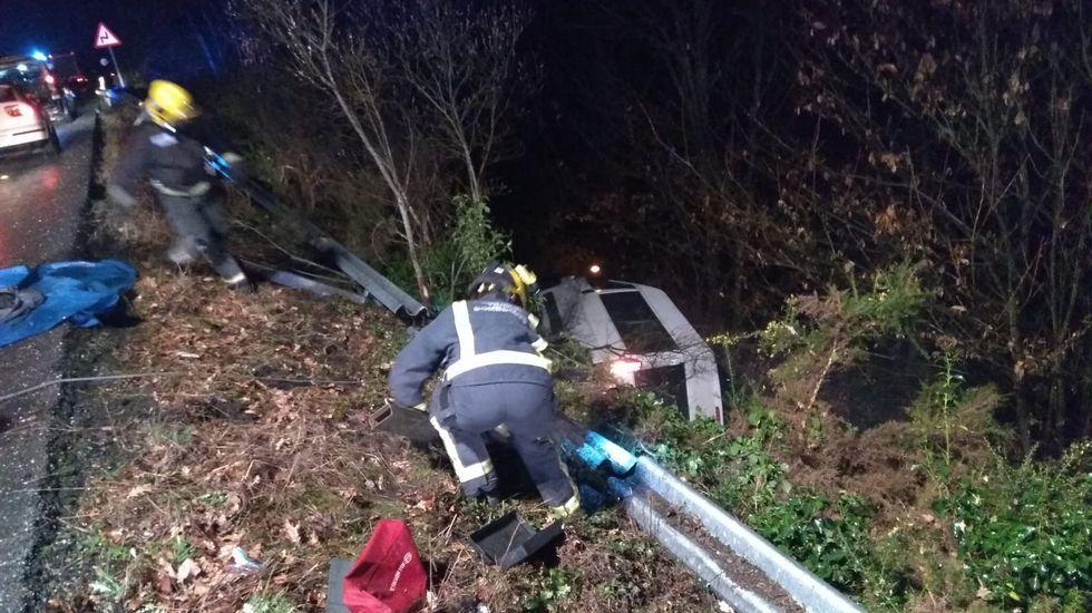 Los bomberos de Monforte acudieron para rescatar a los ocupantes de la furgoneta