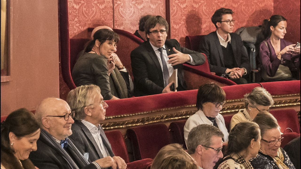 Mientras sus excompañeros del Gobierno intentan salir de prisión, Puigdemont se relaja asistiendo a la ópera en Gante