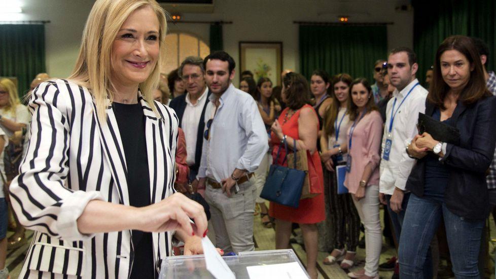 .La presidenta de la Comunidad de Madrid, Cristina Cifuentes, ha votado hoy en el Colegio Sagrado Corazón.