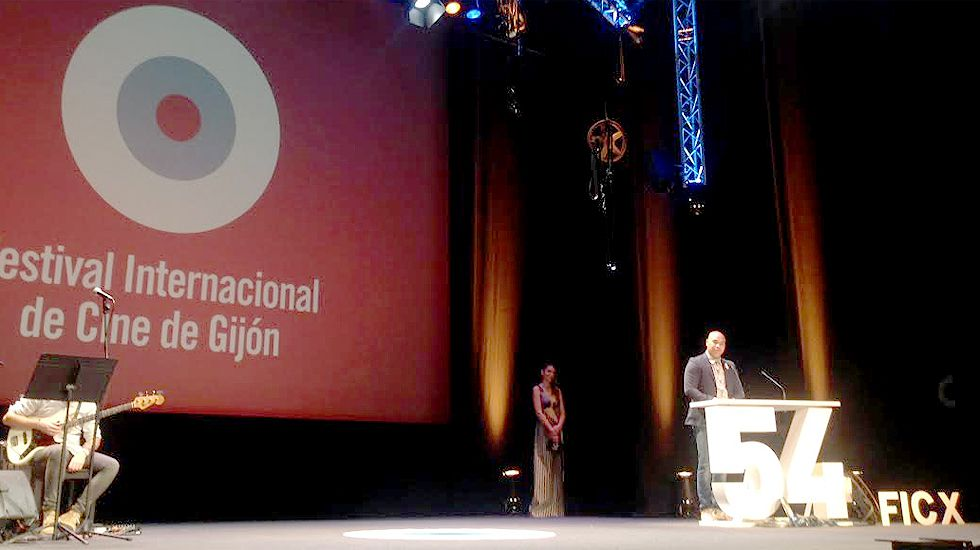 Santiago Zannou, en un momento de su intervención. Tras él, Paloma Bloyd