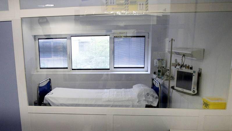 Sanitarios trabajando en la habitación de Teresa Romero