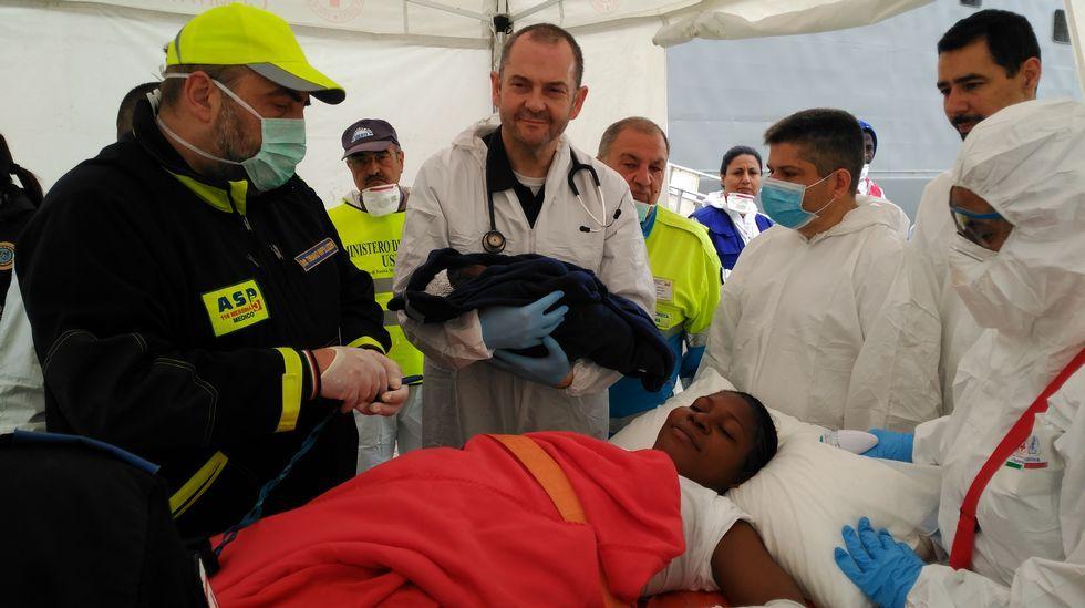 El marino ferrolano David Díaz, con mascarilla azul, asiste al parto en la fragata «Canarias»