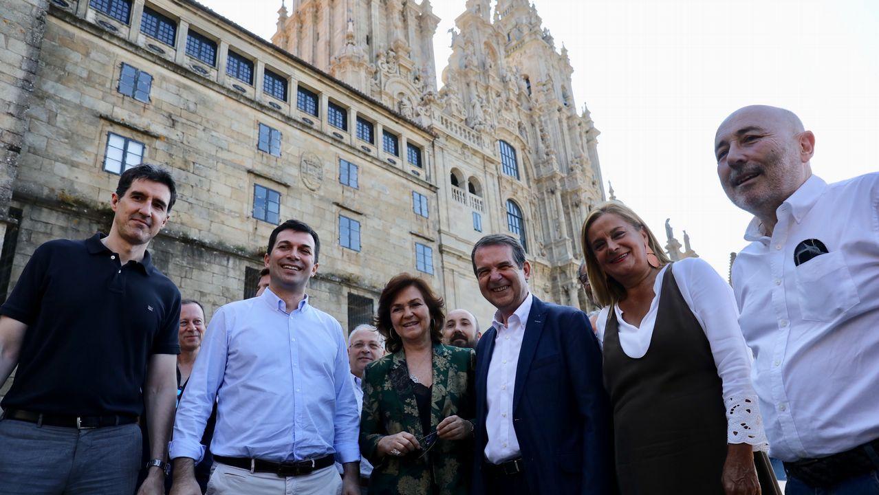 CarmenCalvo en Santiago con los socialistas gallegos.Colectivos de memoria histórica se concentraron ayer frente al Congreso