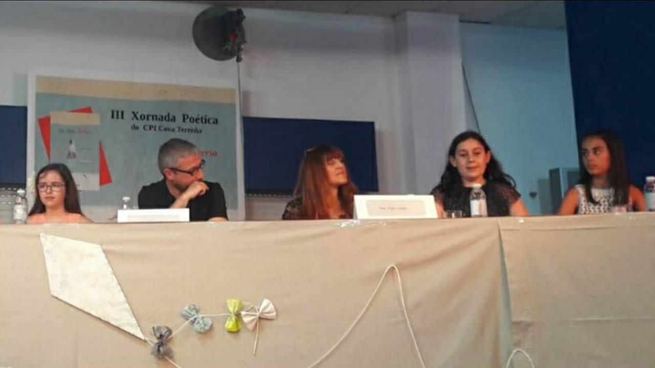 El escritor Domingo Villar, en el taller de ceramistas de la viguesa Escola de Artes e Oficios, clave en su nueva novela, «El último barco»
