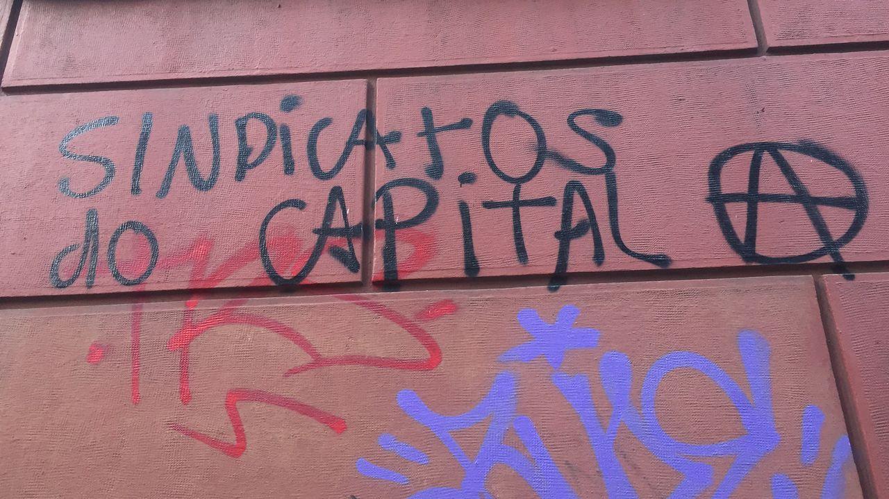 Sede de UGT. Las pintadas con insultos contra el expresidente socialista José Luis Rodríguez Zapatero o contra los sindicatos llevan años sin ser borradas en la fachada del histórico edificio.