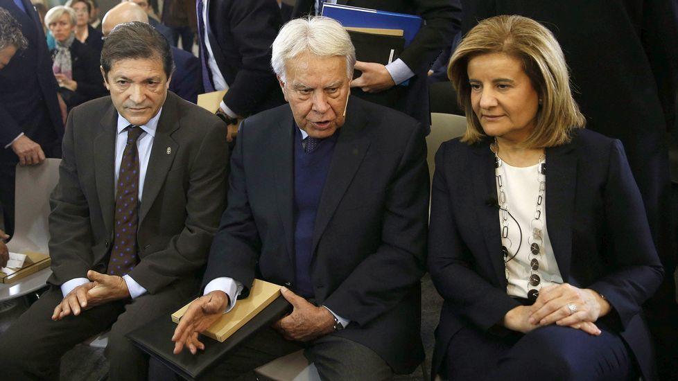 Iglesias a Felipe González: «El mayordomo de Carlos Slim no nos da lecciones de democracia».Javier Fernández, Felipe González y Fátima Báñez