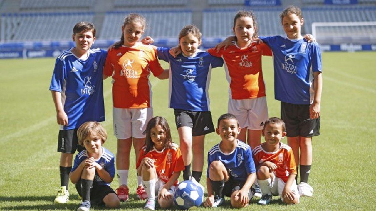 Niños con la camiseta de la Escuela Real Oviedo
