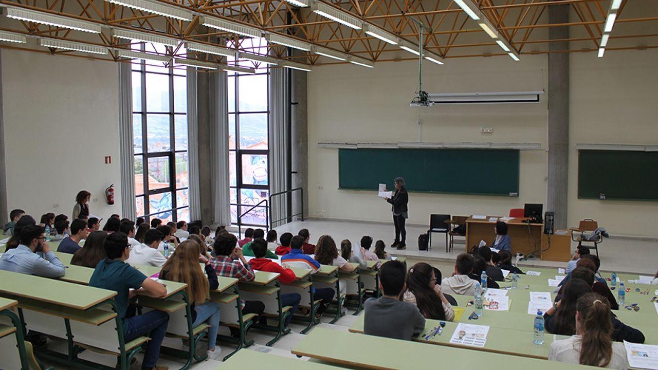 El consejero de Presidencia, Guillermo Martínez, comparece en la Junta General del Principado.Una profesora explica en una sede de la Universidad de Oviedo las instrucciones básicas de la EBAU
