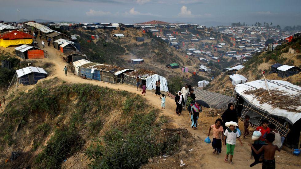 Campamento de refugiados rohinyás que huyen de Birmania en Cox's Bazar (Bangladés).  Su éxodo fue noticia del día y Rosa, de 8 años, dio a su familia todos los datos cuando salió en el telediario