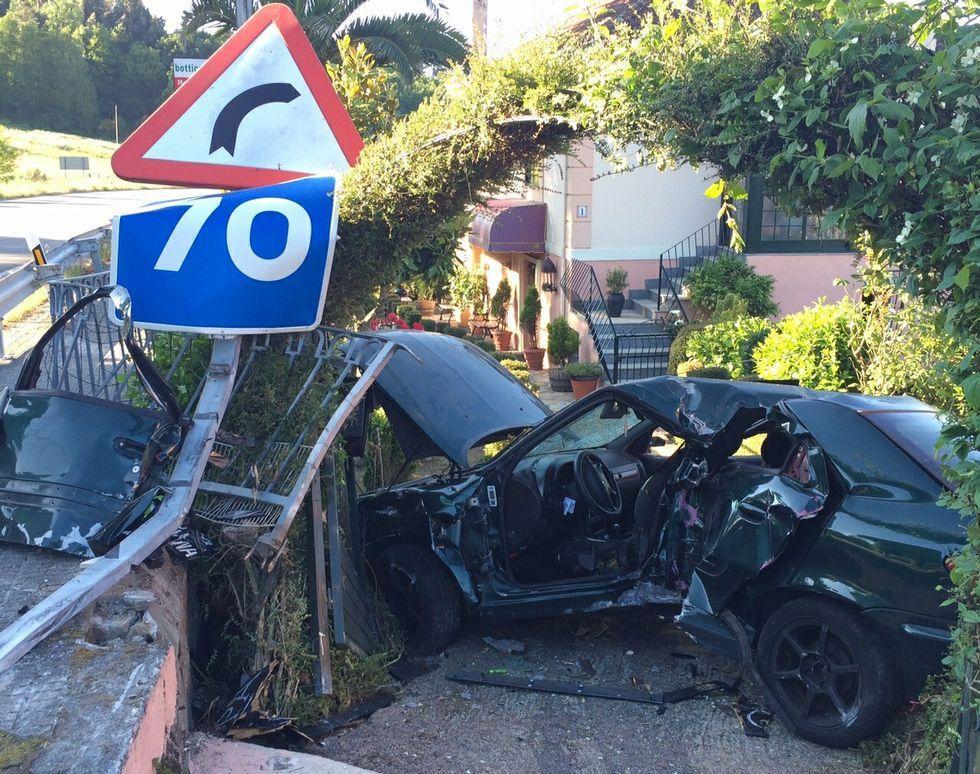 El coche quedó completamente destrozado tras el impacto.