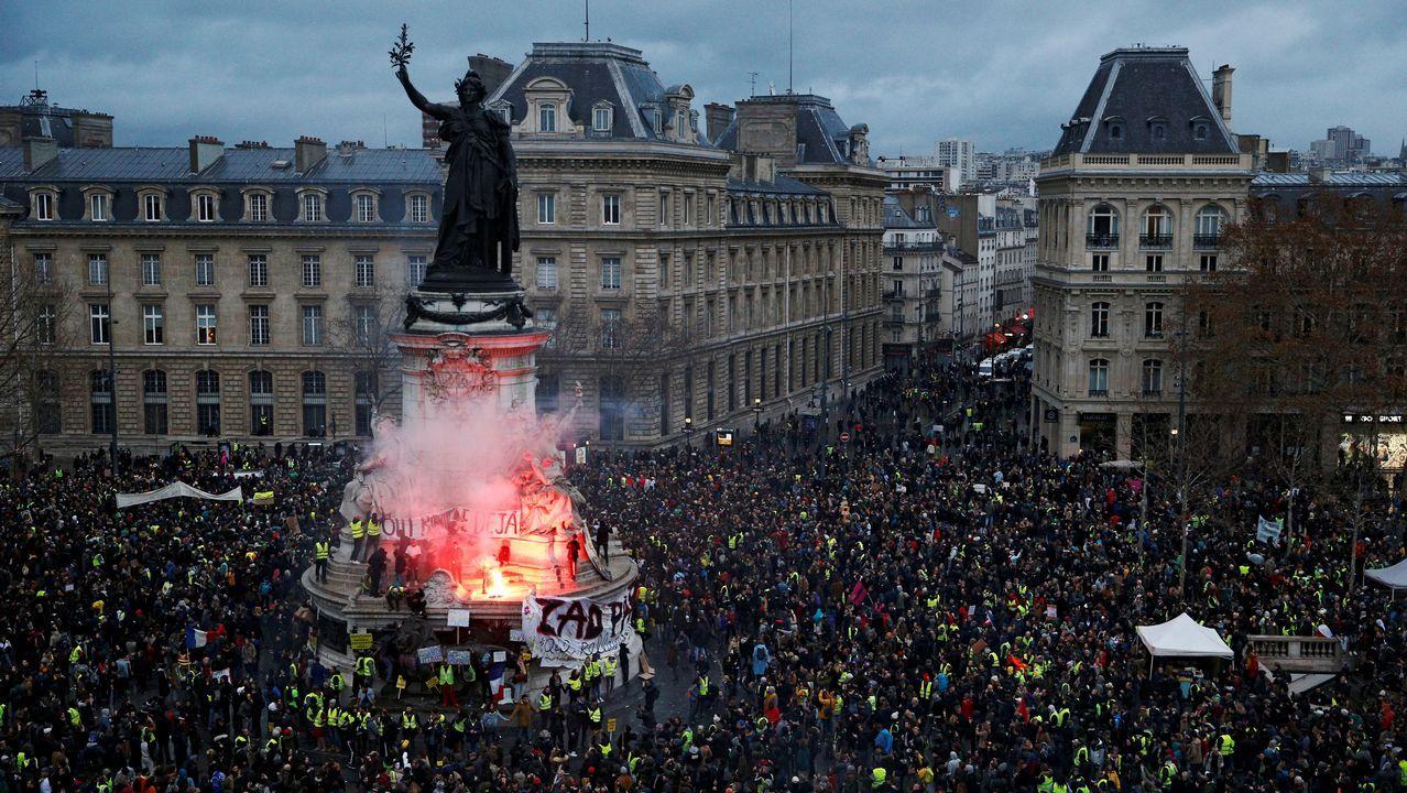 Disturbios en los barrios comerciales de París tras blindar la Policía los Campos Elíseos.Medalla que se entrega aos ganadores do premio Nobel