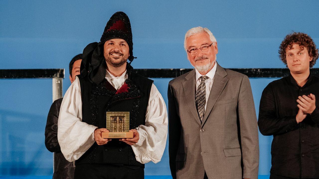 Fernando Briones, director del coro Gaos, recogiendo el premio del público en certamen de habaneras de Torrevieja.
