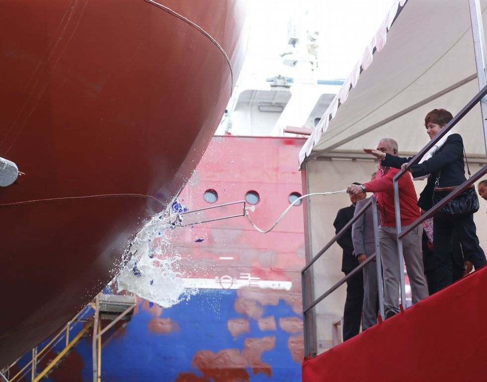 El barco bajó del carro tras el bautizo con champán.