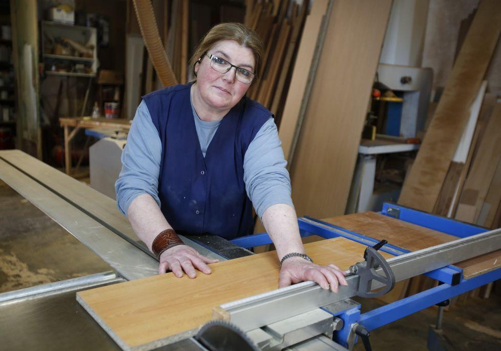 Mari Cruz Vázquez Sanjurjo realiza las prácticas en Carpintería Vigo Garrote, en Narón.