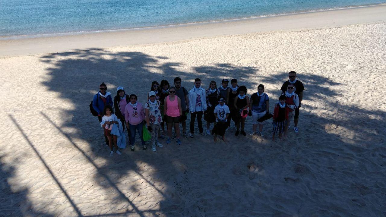 .Voluntarios que participaron en la limpieza de Portocelo, en Marín