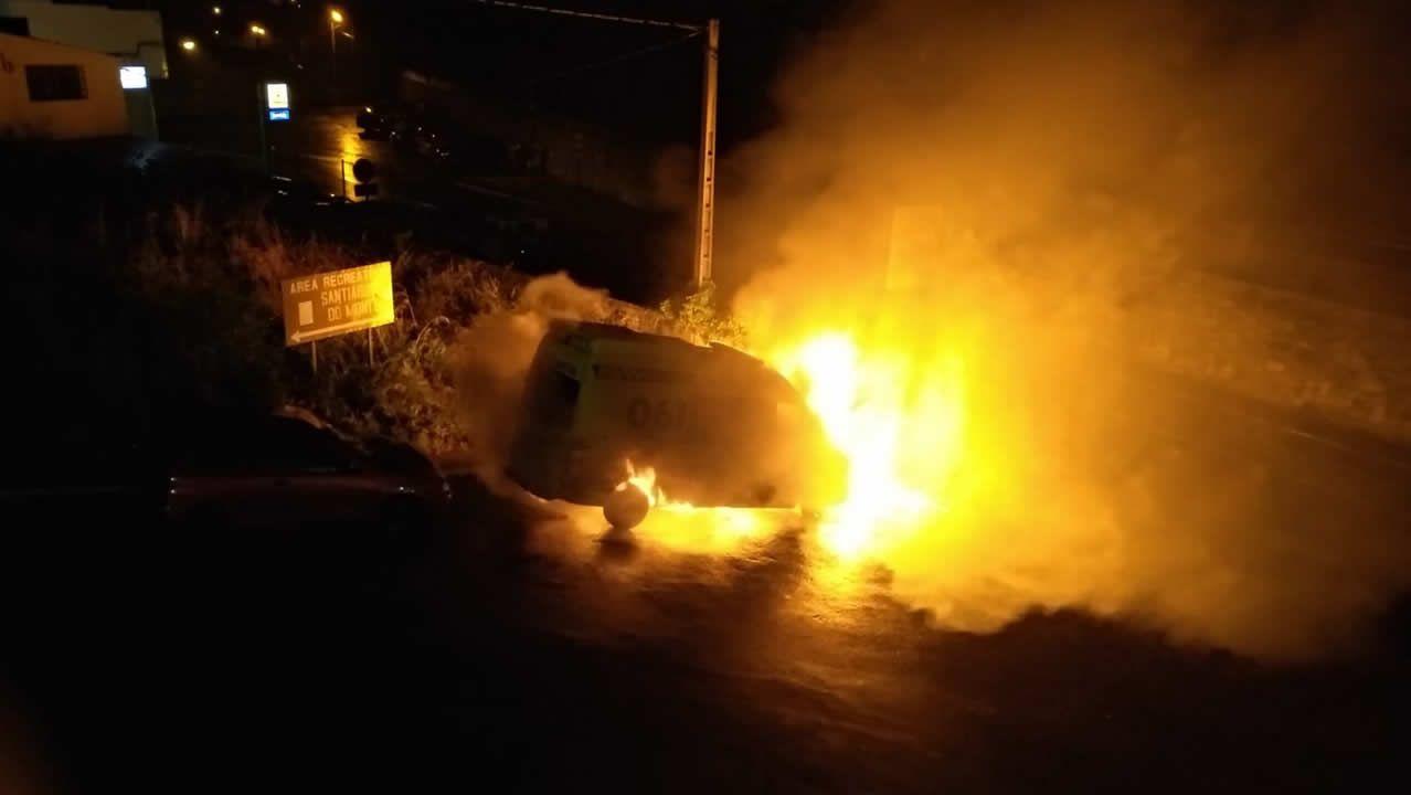 Arde una ambulancia de madrugada en Padrón