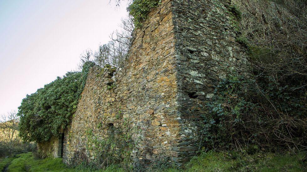 Ruinas de la ferrería de Barxa de Lor, en la que se calcinaba el mineral de hierro procedente del yacimiento de A Veneira de Roques