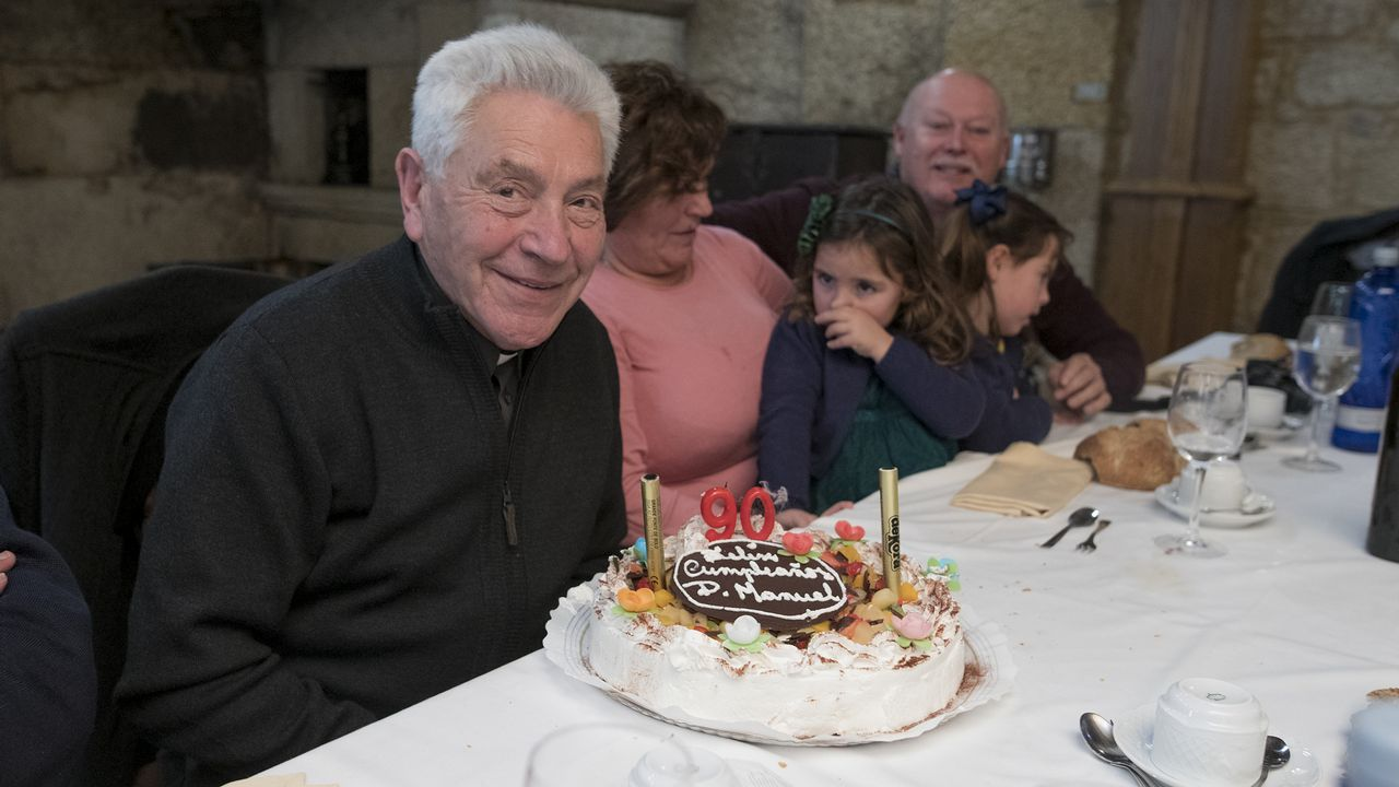 Un día especial para el sacerdote Manuel Liñeiro: su 90.º cumpleaños.Las obras del parador de Muxía en noviembre del pasado año