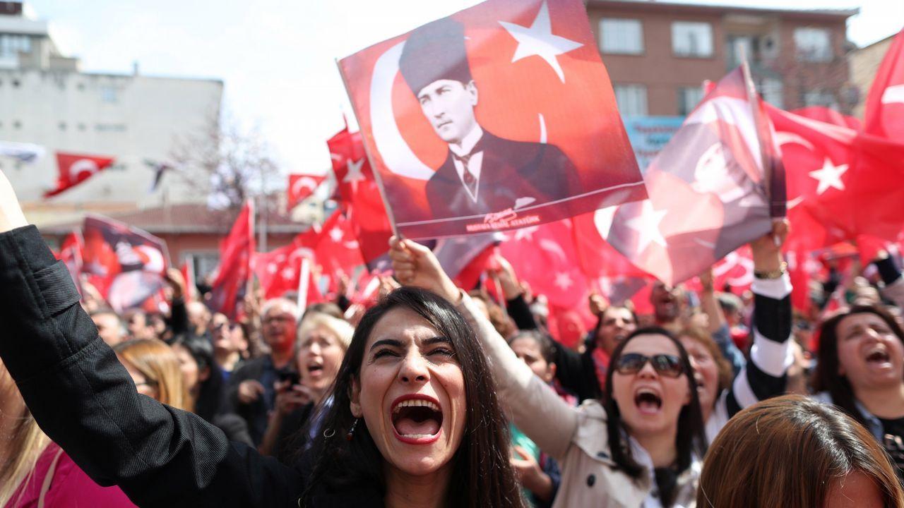 Simpatizantes del principal partido opositor, el Partido Republicano del Pueblo (CHP), escuchan a su candidato, Ekrem Imamoglu durante un evento tras las elecciones locales