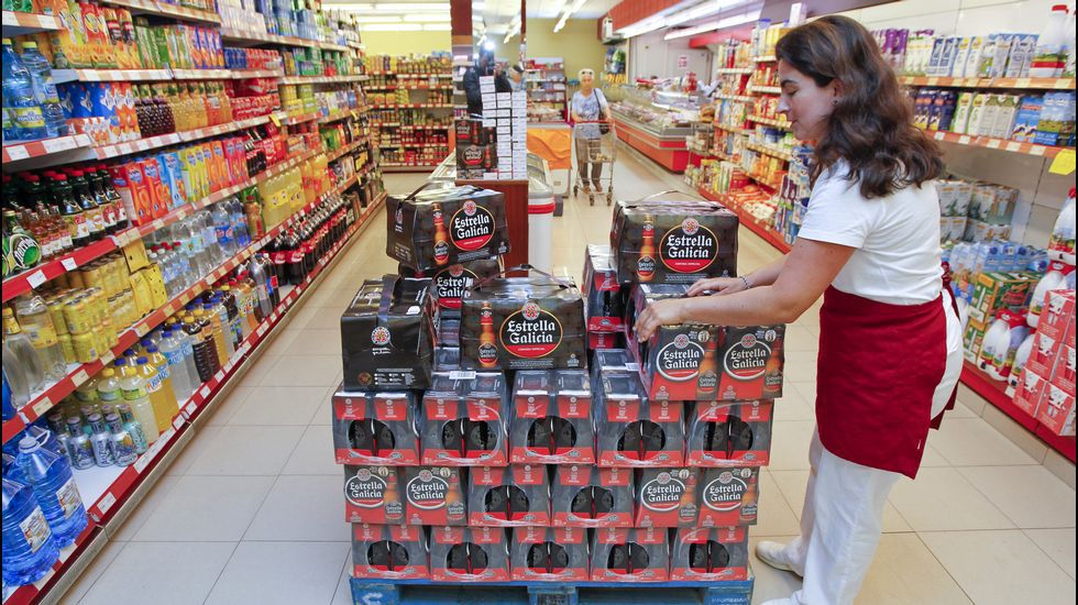 En el supermercado. Acopio de bebidas. En La Tienda (en la imagen), como en el resto de supermercados de la villa ortegana y también en los bares, llevan ya unos días haciendo acopio de comida y bebida para la próxima semana.
