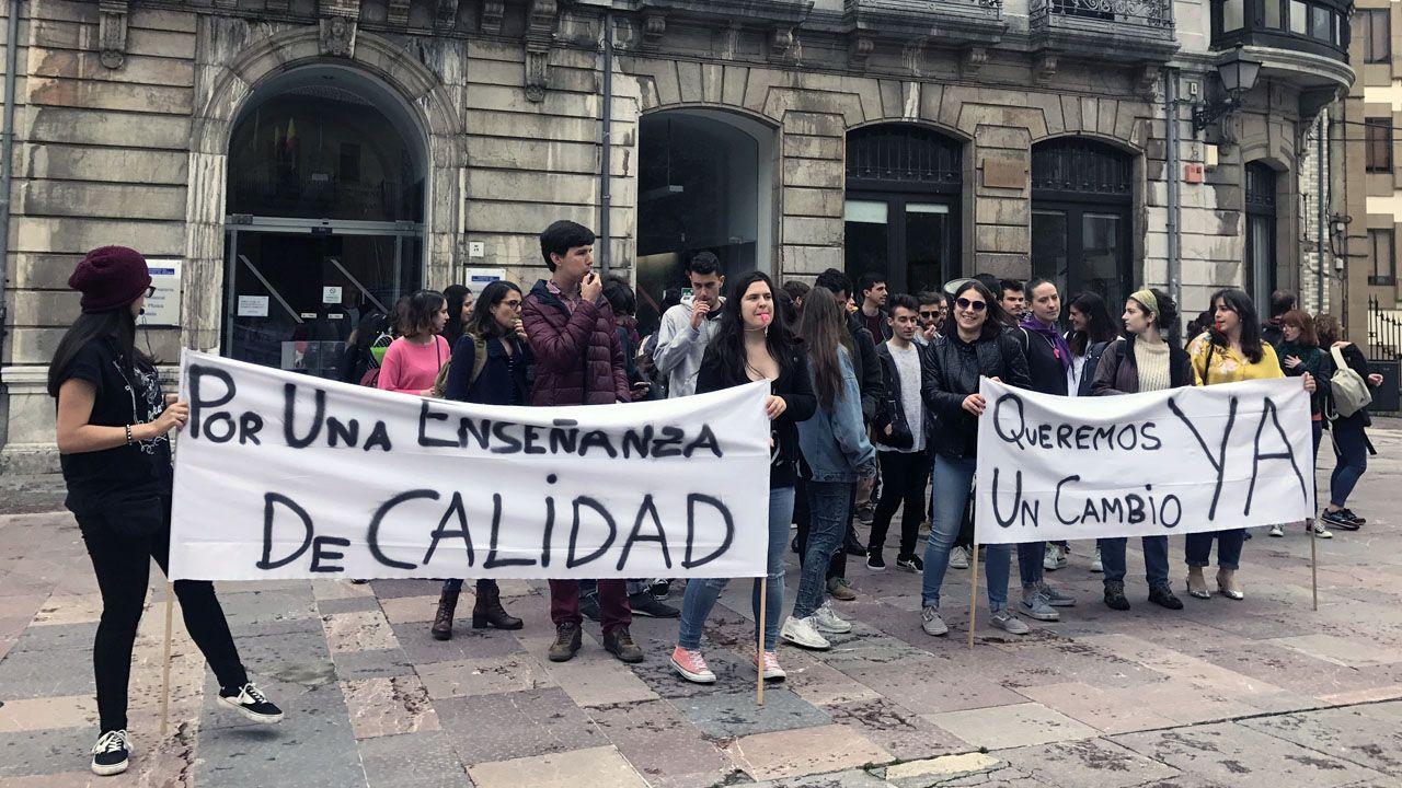 Manifestación ante el conservatorio de música del Principado.