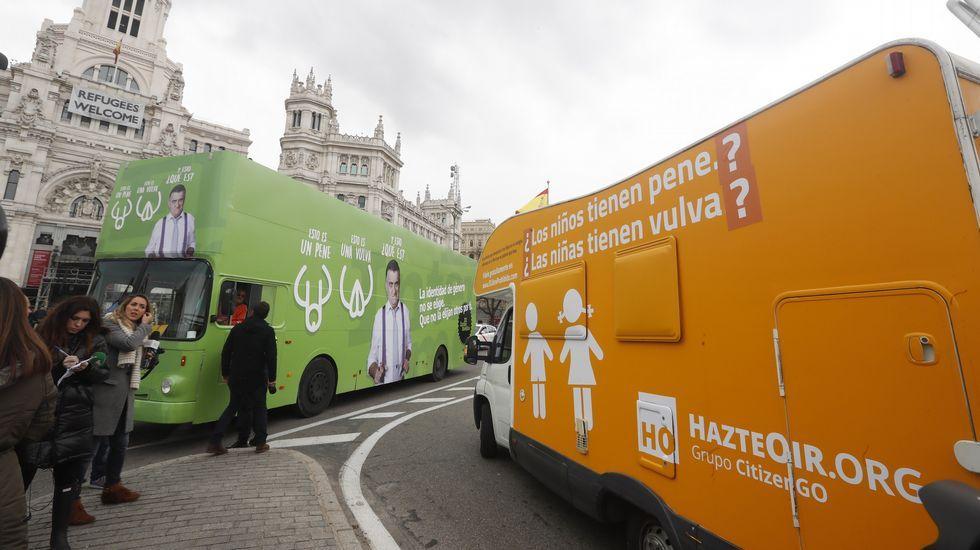 La caravana de Hazte Oir se cruza con el autobús fletado por «El Intermedio» para protestar por la campaña de la organización ultracatólica