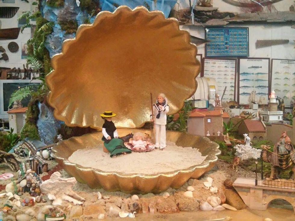 La Virgen lleva sancosmeiro y el San José viste de marinero.