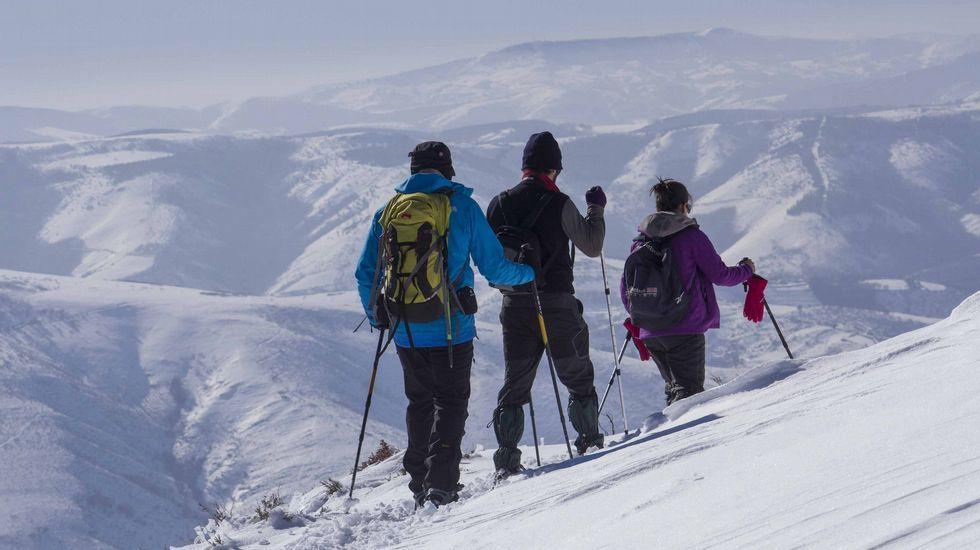 La nieve resiste en la montaña de Lugo.La Festa da Androlla siempre es en Domingo de Entroido.
