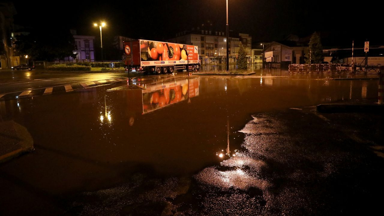 «Queda muchísimo por limpiar» en Xunqueira.El río Anllóns se desbordó a su paso por Carballo