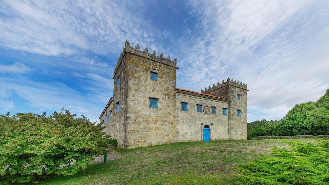 2.500.000 euros. Vimianzo. Las Torres de Cereizo, bien de interés cultural (como el pazo de Nigrán y el castilllo de Corcubión), cuentan con 1.200 metros cuadrados construidos y 5.000 de parcela.