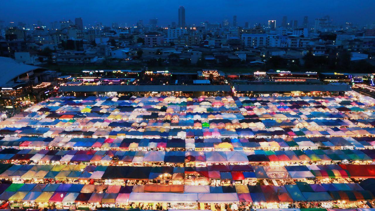 Vista del mercado nocturno de Bangkok, Tailandia