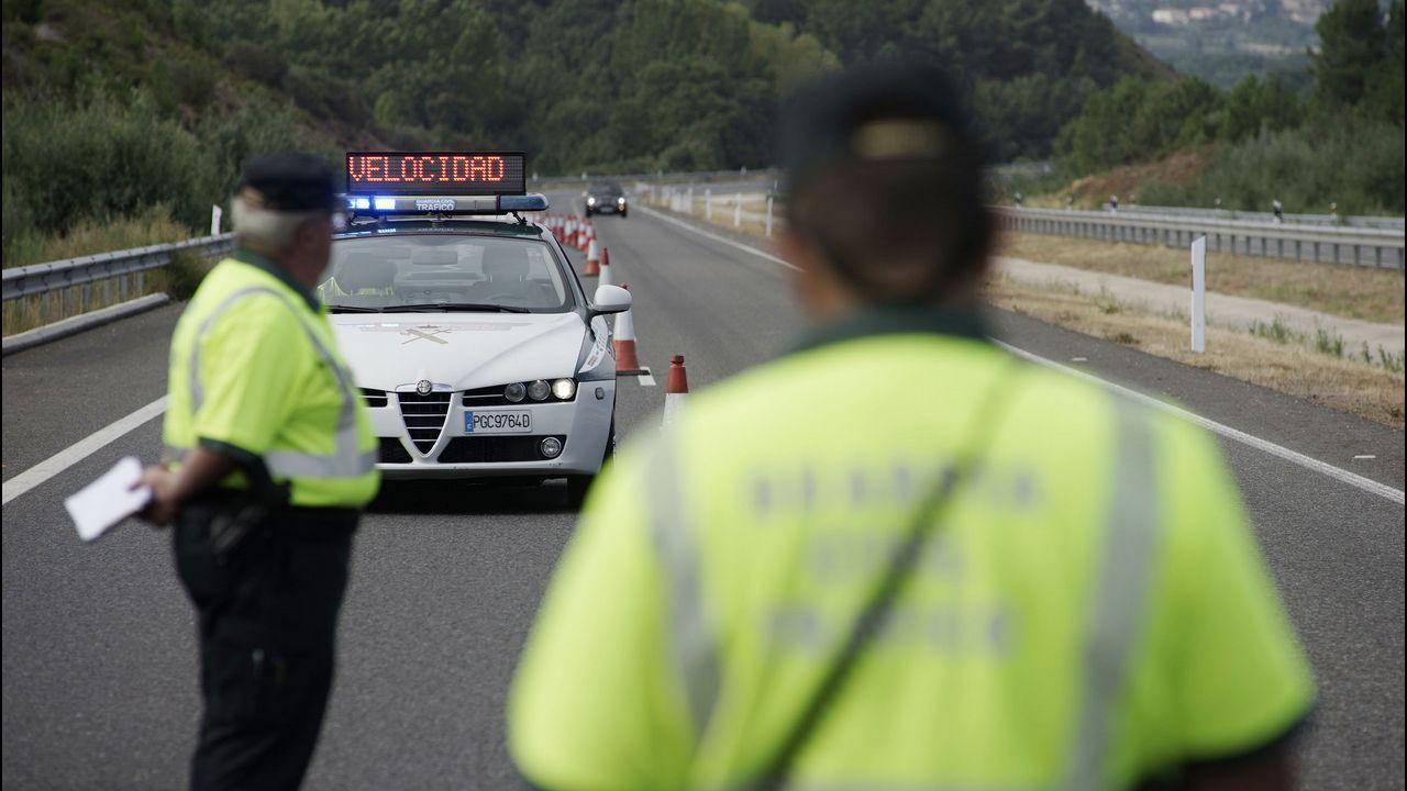 Hasta 2,8 millones de conductores reconocen ser agresivos al volante.Momento en el que se excarcela al conductor del camión de coches volcado en Deva (Gijón)