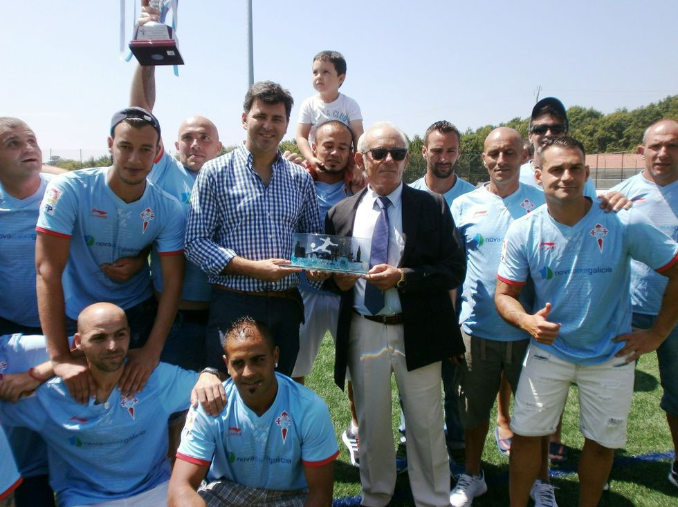 Los jugadores, recogiendo el premio de campeones gallegos.