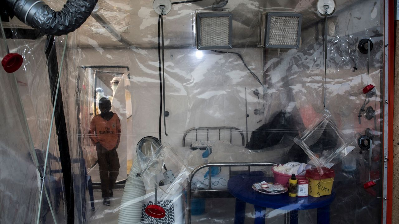 Un paciente de ébola no confirmado ingresa en un Biosecure Emergency Care Unite (CUBE) en el nuevo Ebola Treatment Center en Beni, República Democrática del Congo
