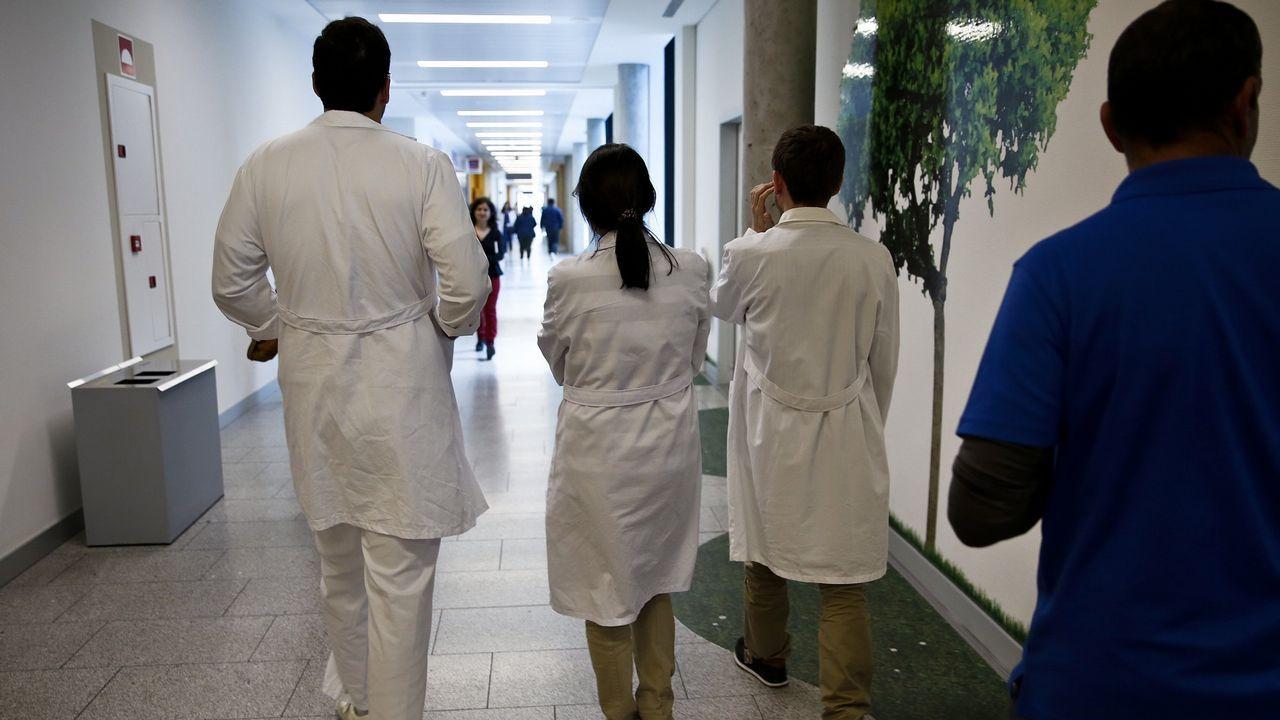 Un operario cambia la hora en el reloj de Maria Pita, en A Coruña