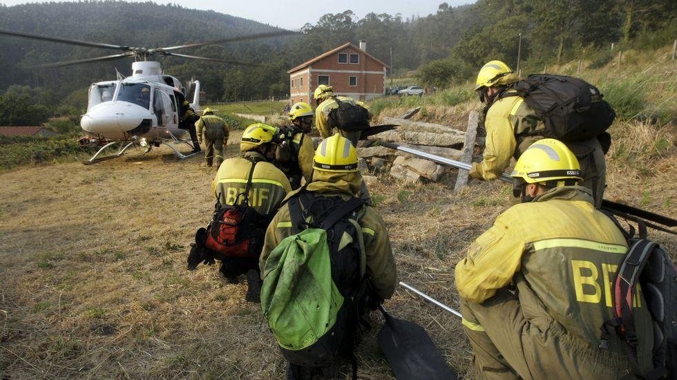 Catoira: Traslado de brigadistas en pleno incendio.Incendio forestal en Coaxe