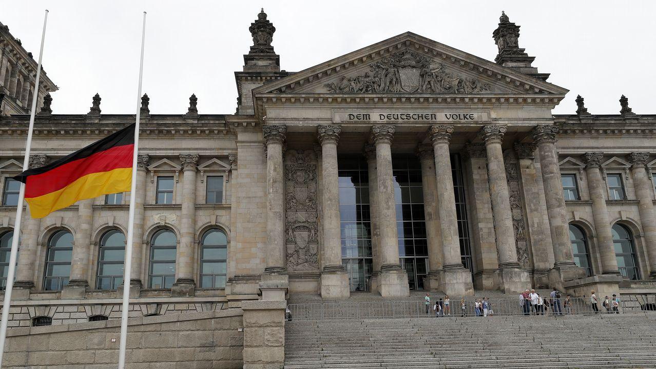 .La bandera alemana ondea a media asta en el Reichstag, el parlamento alemán en Berlín