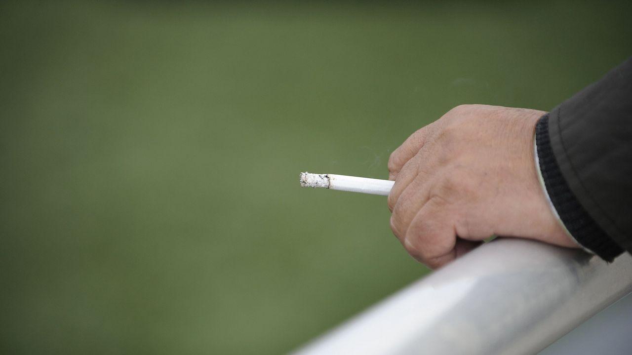 Mano, fumar, dumador, vaso, alcohol.María Pardo, responsable del grupo de Obesidómica en el IDIS de Santiago
