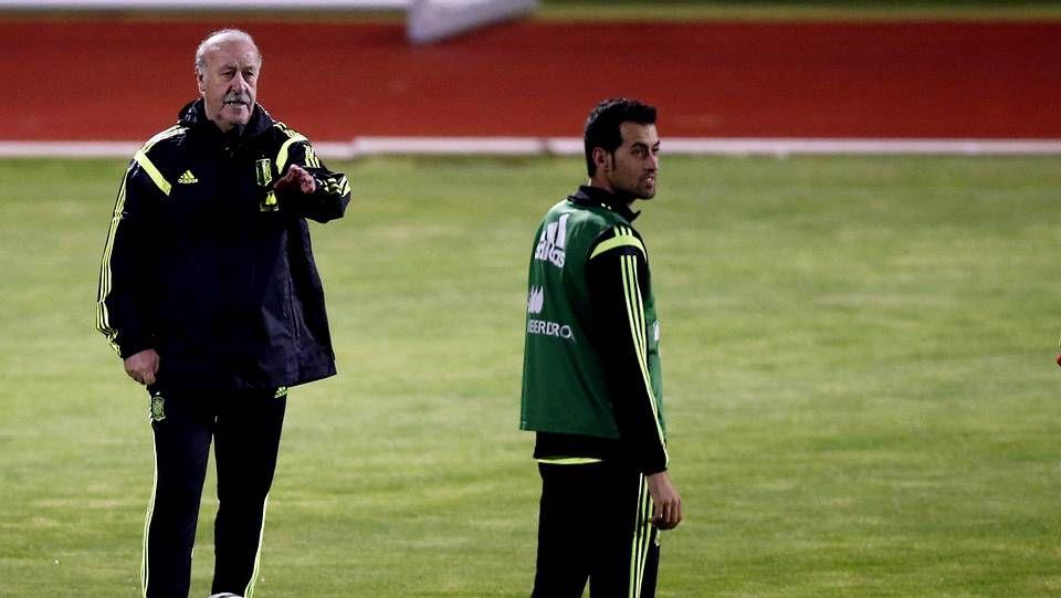 Nolito: «Qué mejor que debutar en Vigo».En la fotografía, Isco realiza un elegante control durante el partido de clasificación contra Bielorrusia.