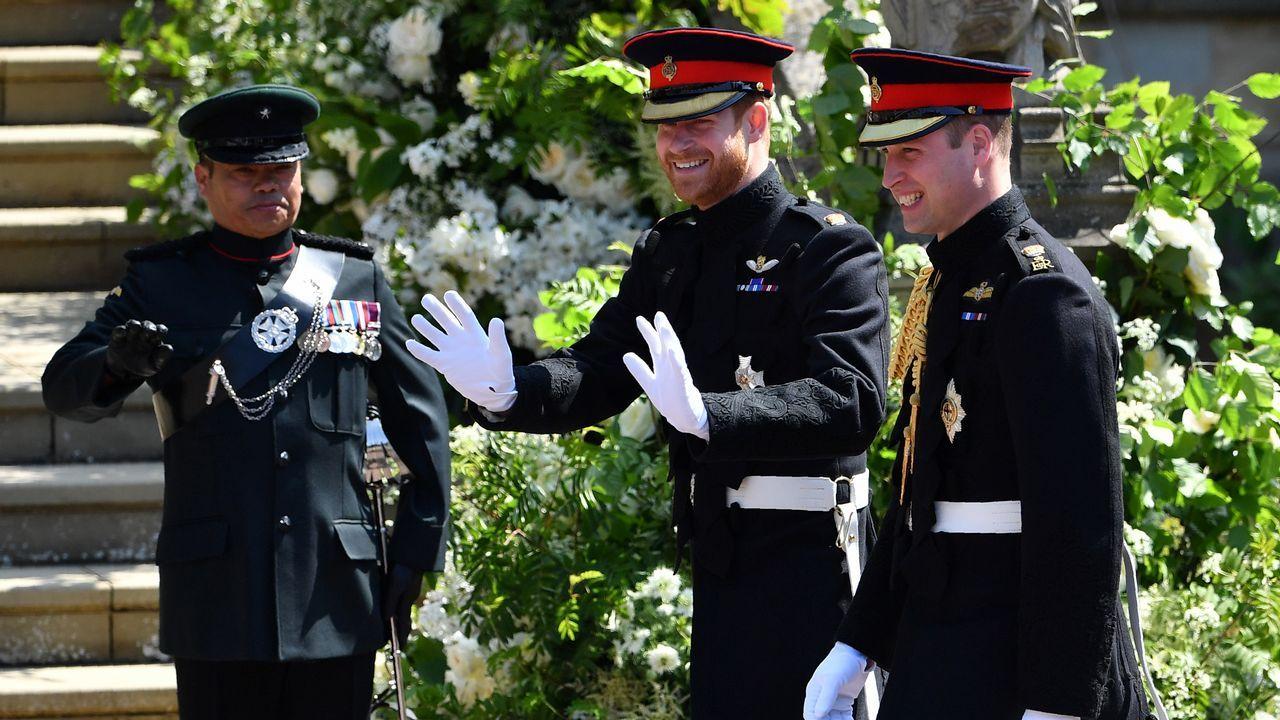 .El príncipe Harry lució uniforme militar y barba. Elegía el Household Cavalry's Blues and Royals y lo hacía por una razón. No está permitido llevar barba con el uniforme de la caballería de la Reina Isabel II, por lo que el príncipe optaba por el uniforme del segundo cuerpo más antiguo del Ejército británico, al que sirvió durante casi una decada.