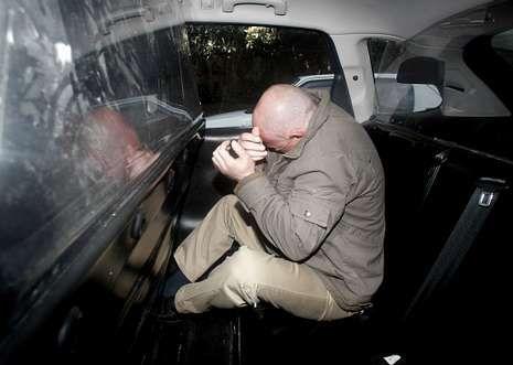 Vidal Anido, tratando de ocultarse durante su traslado al juzgado de Lugo en un coche policial.